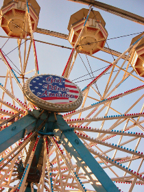 carnival,   ferris wheel,   ride,   fun,   festival,   entertainment,   fairground,   recreational,  	retro,   amusement,   fair,   sky,   vintage,   leisure,   play,   tall,   blue,  america,  flag