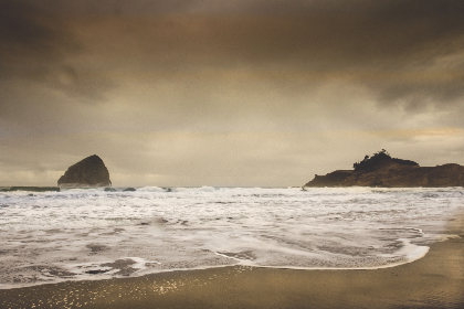 beach,   sand,   waves,   wet,   ocean,   saltwater,   nature,   shore,   coast,   water,   tide,   sky,   clouds,  rocky,  storm,  horizon
