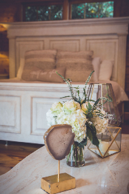 flower,  vase,  table,  bedroom,  interior,  decoration,  decor,  design,  pretty,  furniture,   home,   apartment,   pillow,   style,  luxury