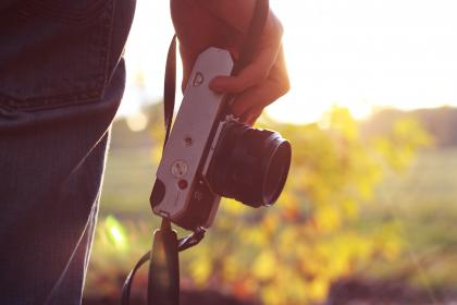 technology, gadgets, photography, camera, ilc, lens, mirrorless, guy, man, people, hold, hand, nature, trees, view, solar, flare, bokeh