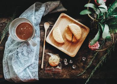 biscuit, cloth, cup, chocolate, drink, food, wooden, ladle, plate, green, leaf, table, presentation