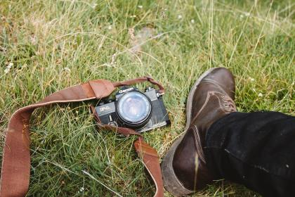 camera, accessory, canon, photography, green, grass, outdoor, travel, shoe, footwear, jeans