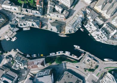 top view, aerial, boat, water, river, roof, building, establishment, infrastructure, architecture, plants, grass, trees, garden, city, urban, riverside