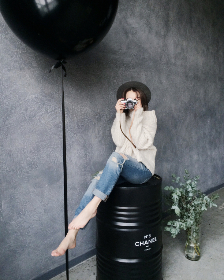 model,  photographer,  camera,  soot,  lens,  technology,  woman,  female,  girl,  people,  black,  barrel,  balloon,  pose,  hat,  jeans