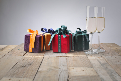 gift,  box,  wine,  glass,  white wine,  drink,  preesent,  parcel,  wrapped,  bow,  wood,  rustic,  red,  purple