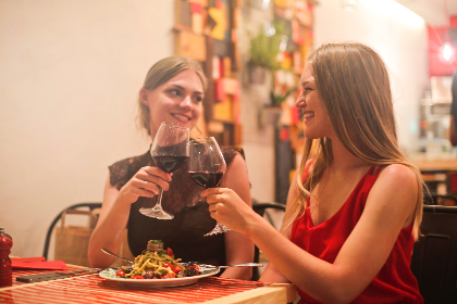 friends,  dinner,  woman,  red,  wine,  meal,  restaurant,  plate,  share,  cheers,  glass,  smile,  happy,  people