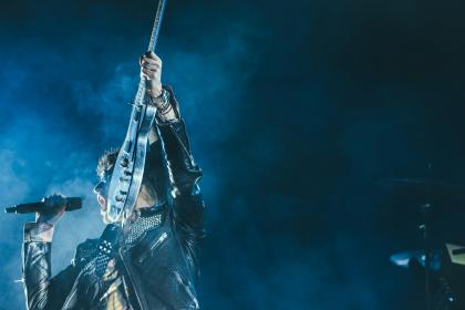 people, man, concert, mike, electric, guitar, band, group, song, sound, smoke, singer, lead, performance