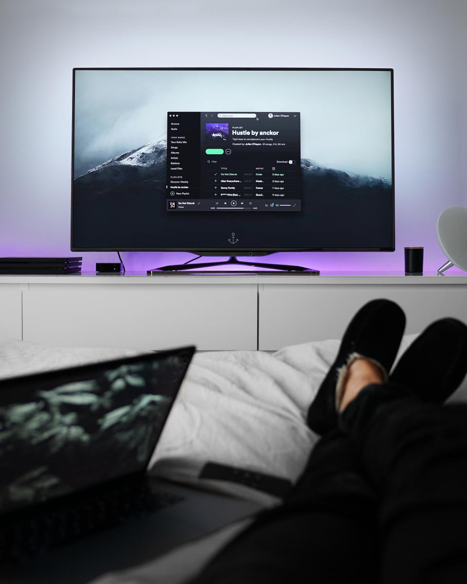 tv monitor screen bedroom bed relax inside house laptop pillow