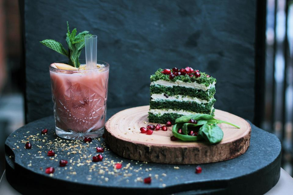 drink food green cake sweets dessert chopping board table restaurant glass juice berries
