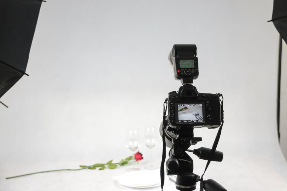 photography camera flash glass rose plates production photoshoot