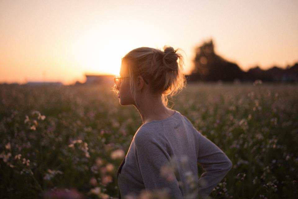 sunlight sunset girl flowers field blur bokeh people