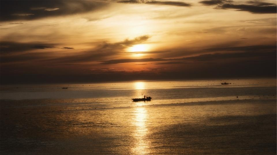 sunset boats ships ocean sea horizon sky clouds dusk