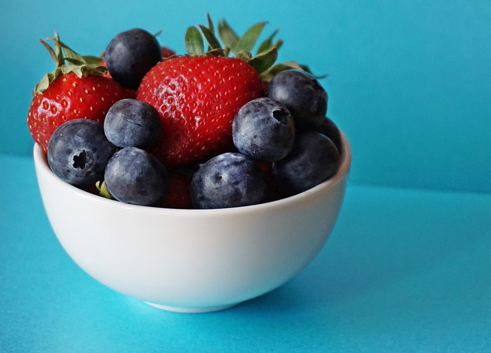 fruit bowl strawberries strawberry blueberries blueberry healthy food raw food food berries eating healthy food