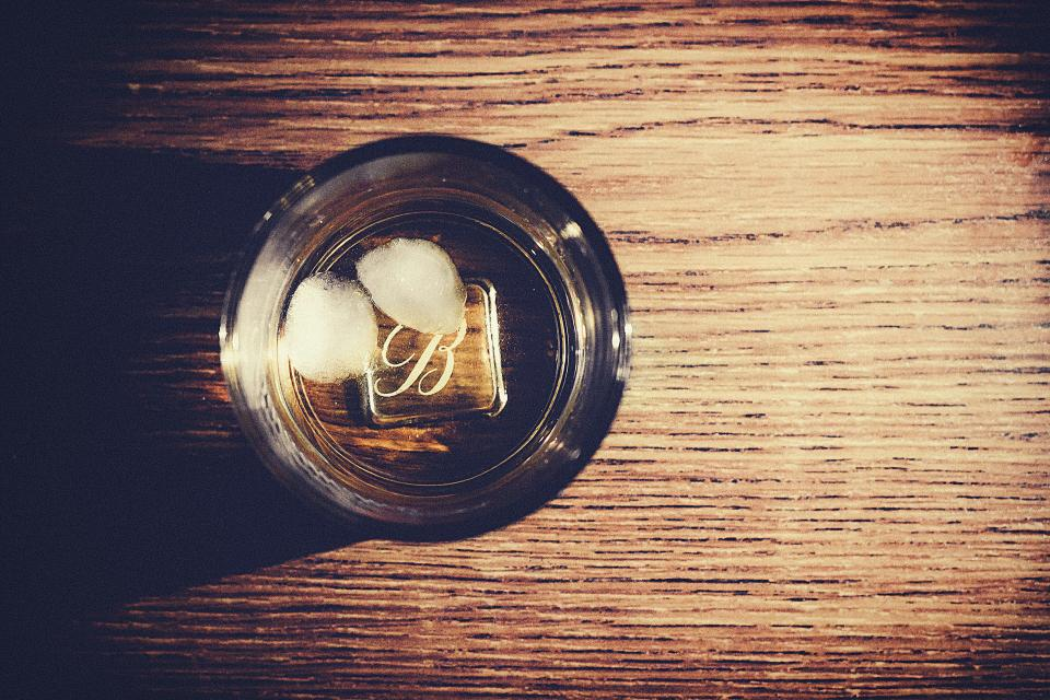 whisky alcohol drink on the rocks glass