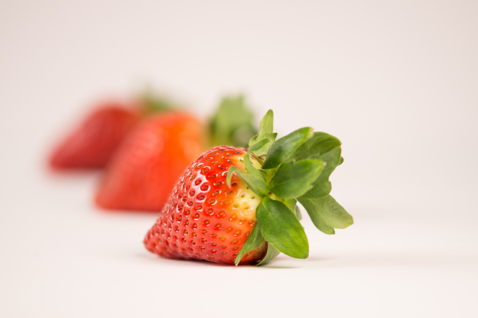 closeup fresh strawberry ripe fruit food blur minimal white background wallpaper healthy