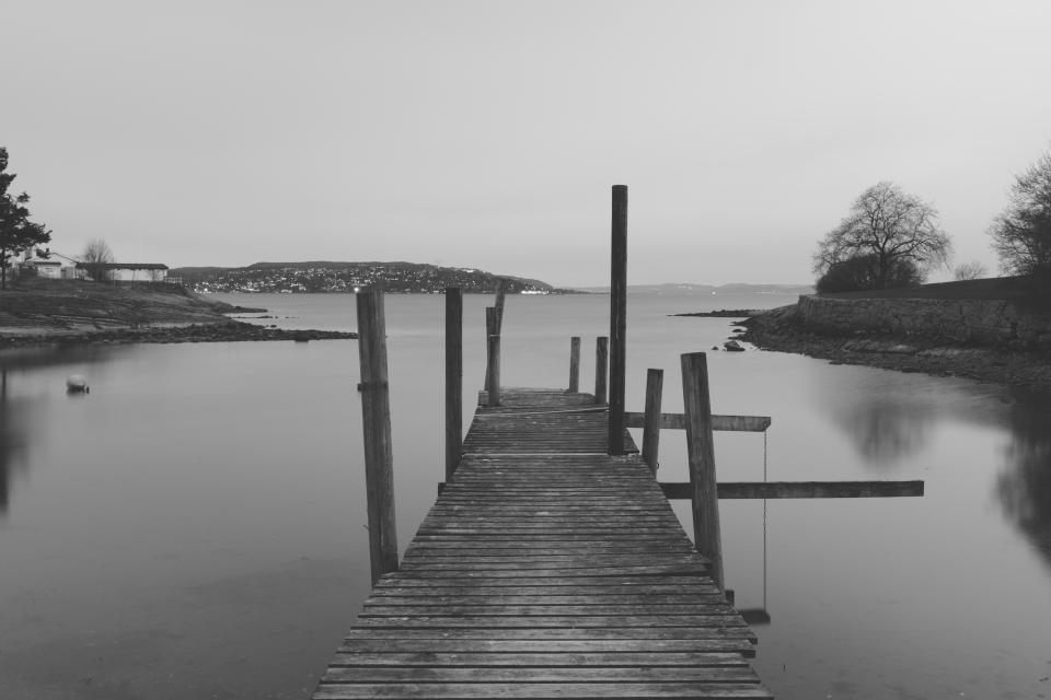 Bridge jetty pier dock water black and white bw night oslo road