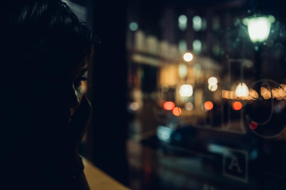 dark night people woman calling phone blur bokeh lamp