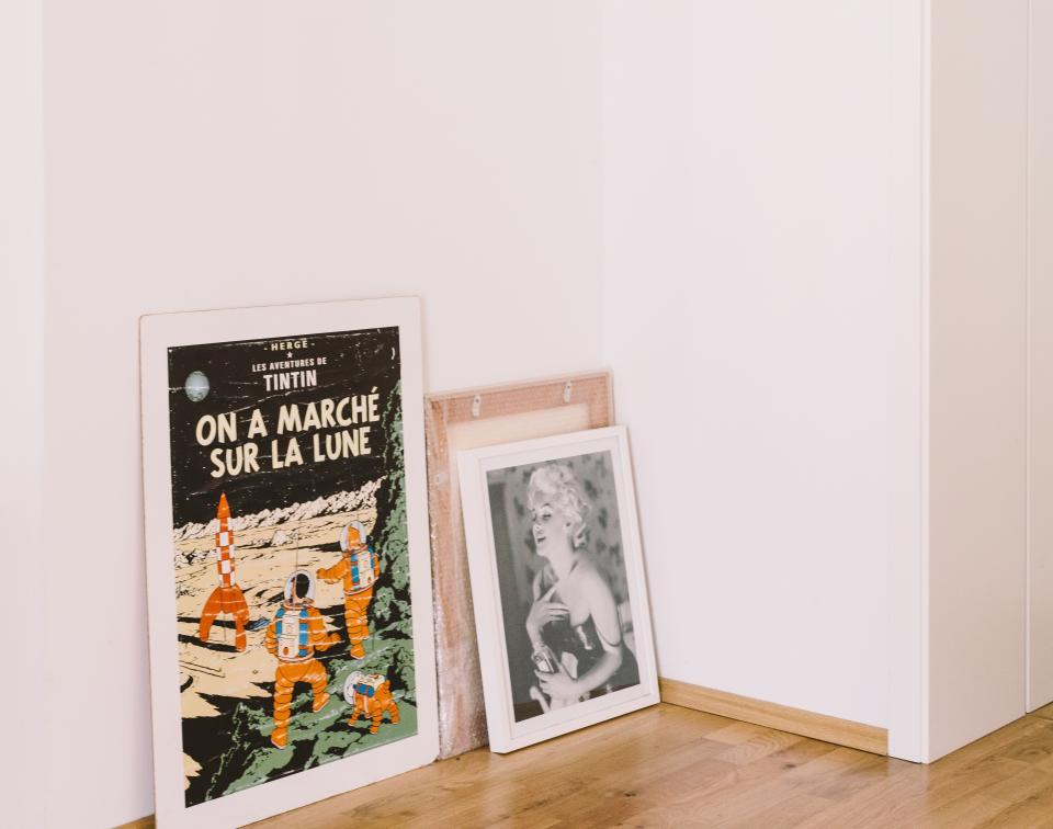 art posters pictures frames stack tintin marilyn monroe house home corner wooden floor white wall