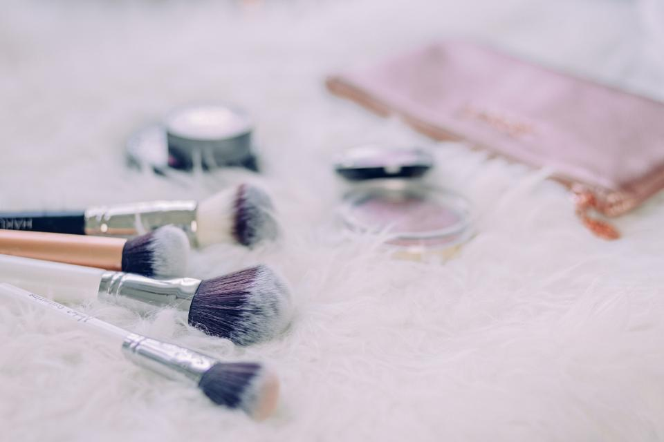 brush make up table beauty powder