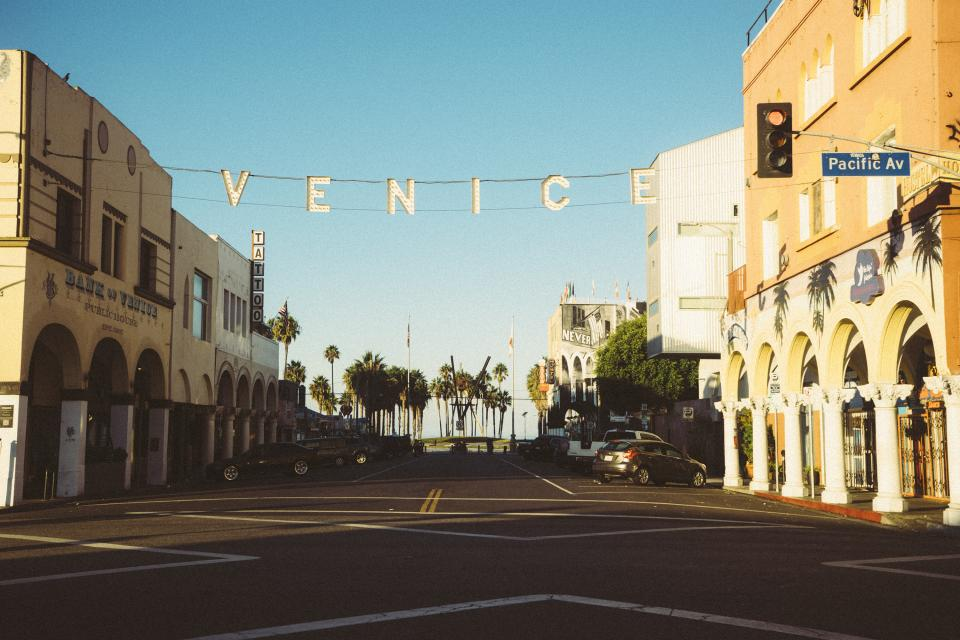 genice pacific avenue road street buildings arches cars parking architecture traffic light signs