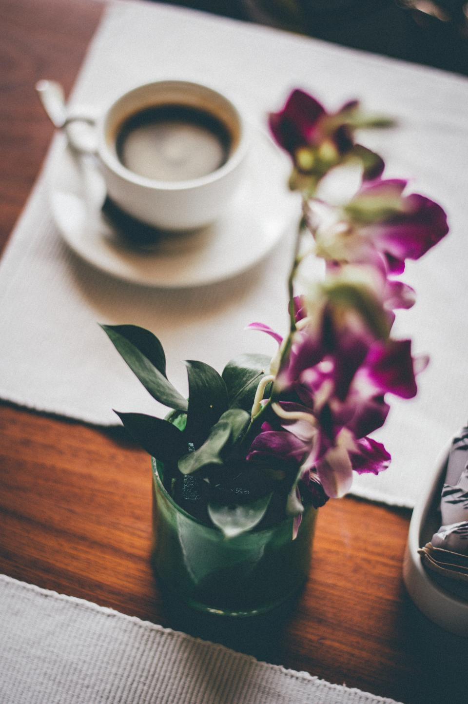 dining table coffee blur flower vase display placemar