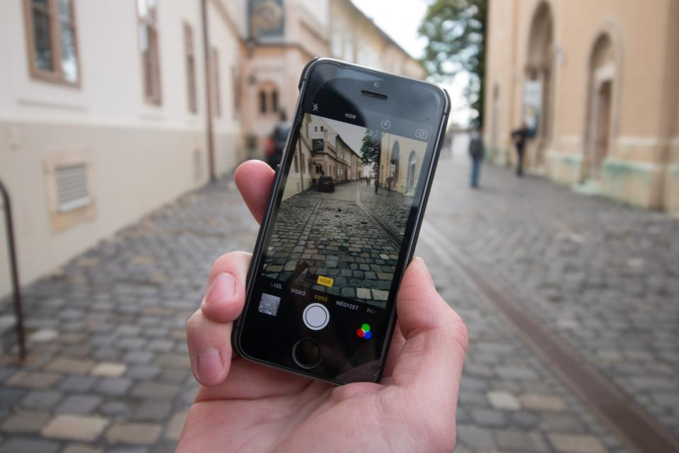 technology gadgets photography iphone smartphone mobile cobblestones alleys people architecture still bokeh