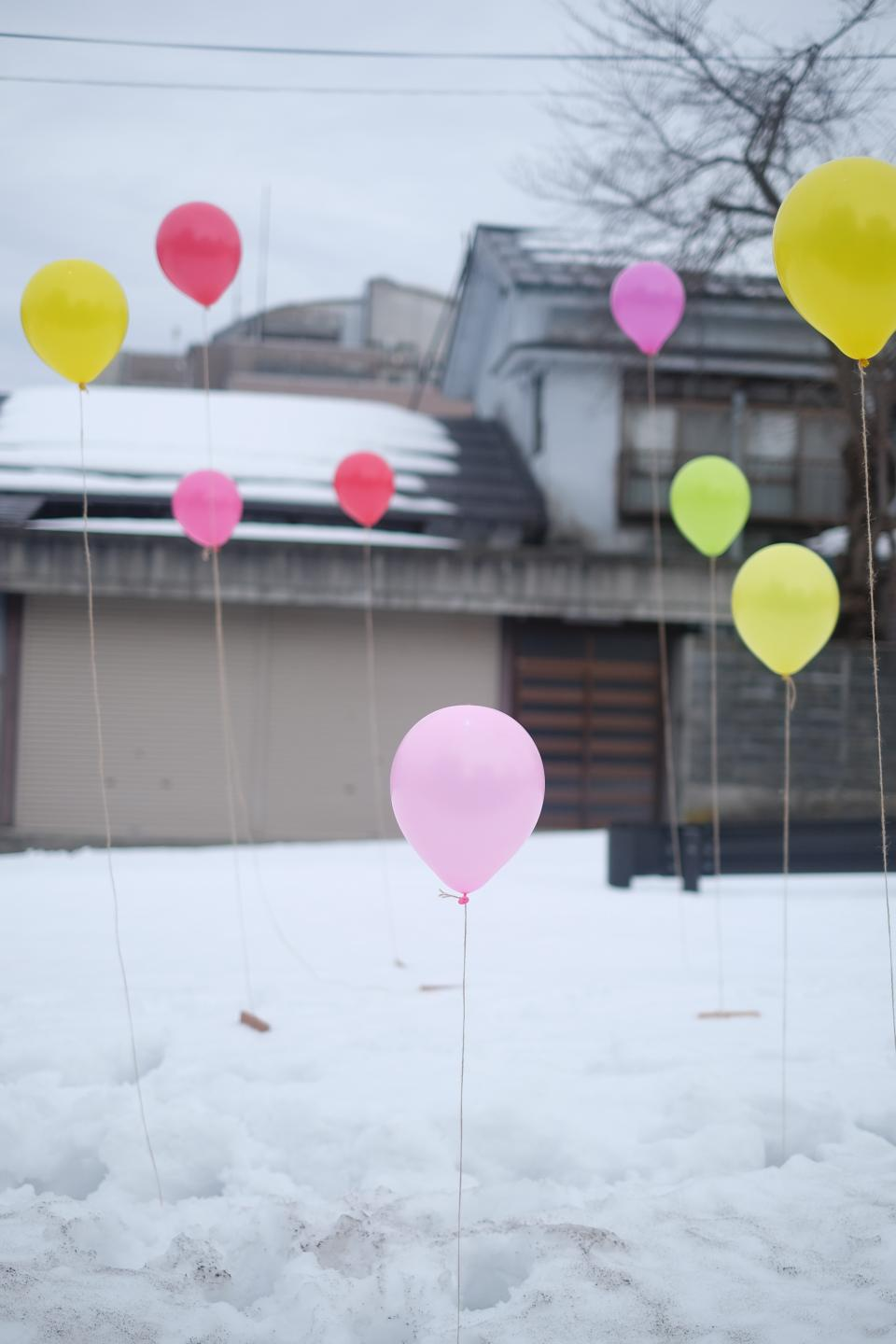 balloons party snow driveway house winter cold home birthday
