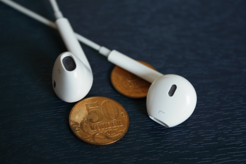 iphone earpods white music listen headphones money coins ios mobile technology