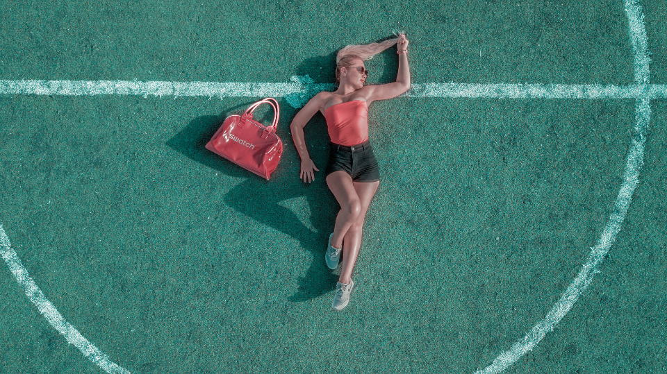model green field fashion football soccer circle bonde hair attractive beautiful red bag purse down sleep