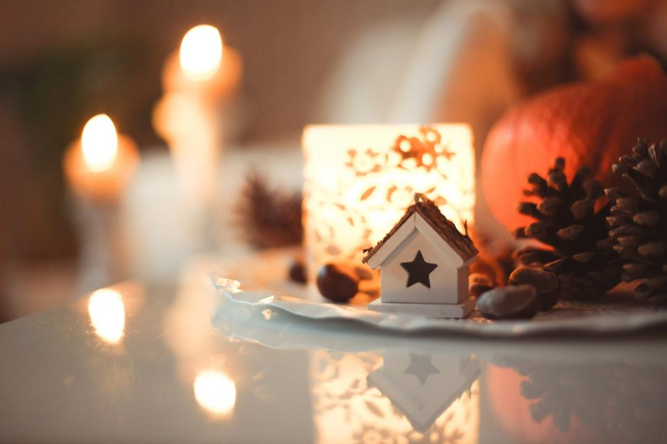 chistmas house light candle blur bokeh pine cone display decor art pine cone table reflection
