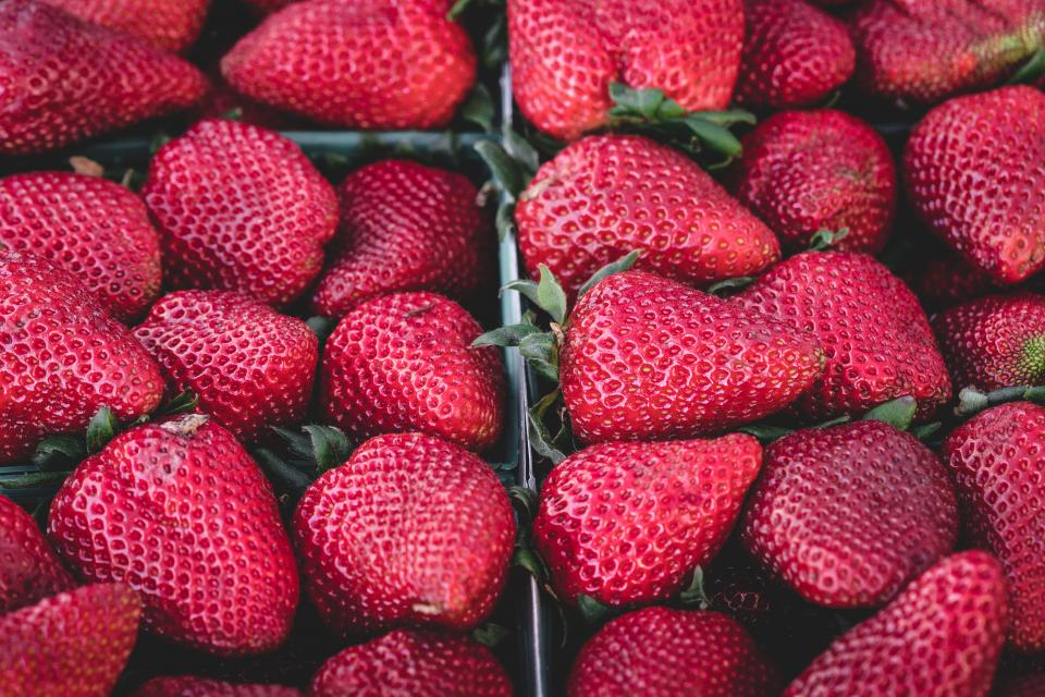 red strawberries strawberry fruits food healthy market
