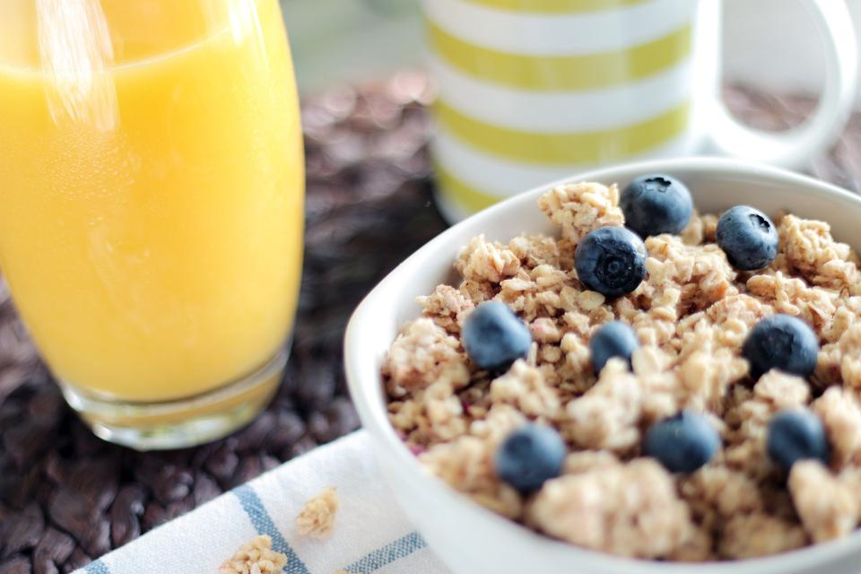 muesli granola cereal breakfast juice blueberries healthy food