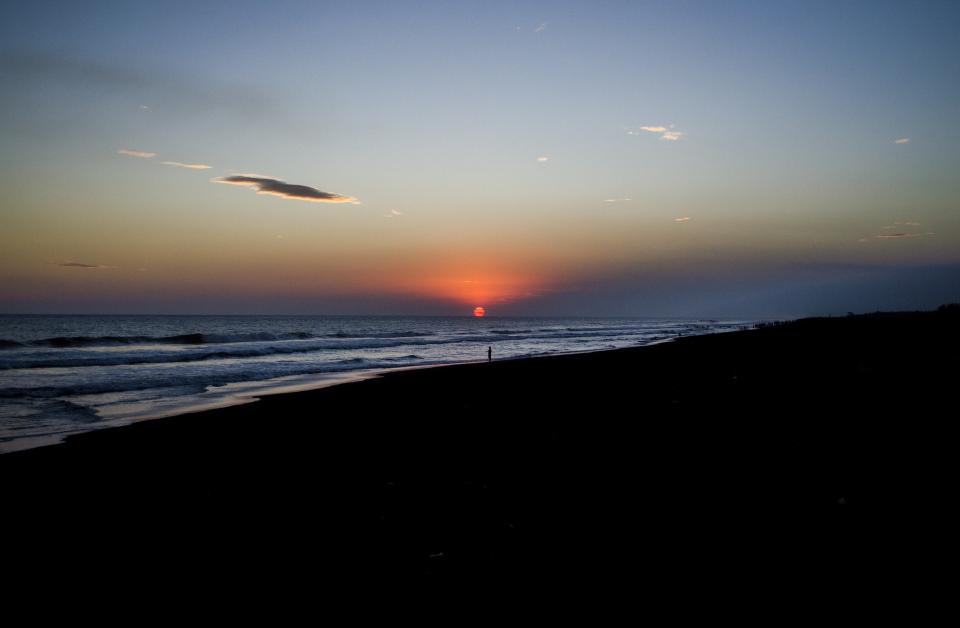 nature landscape coast beach shore sand water ocean sea waves ripples dusk dawn sunrise sunset sun sky clouds gradient black blue orange shadows silhouette