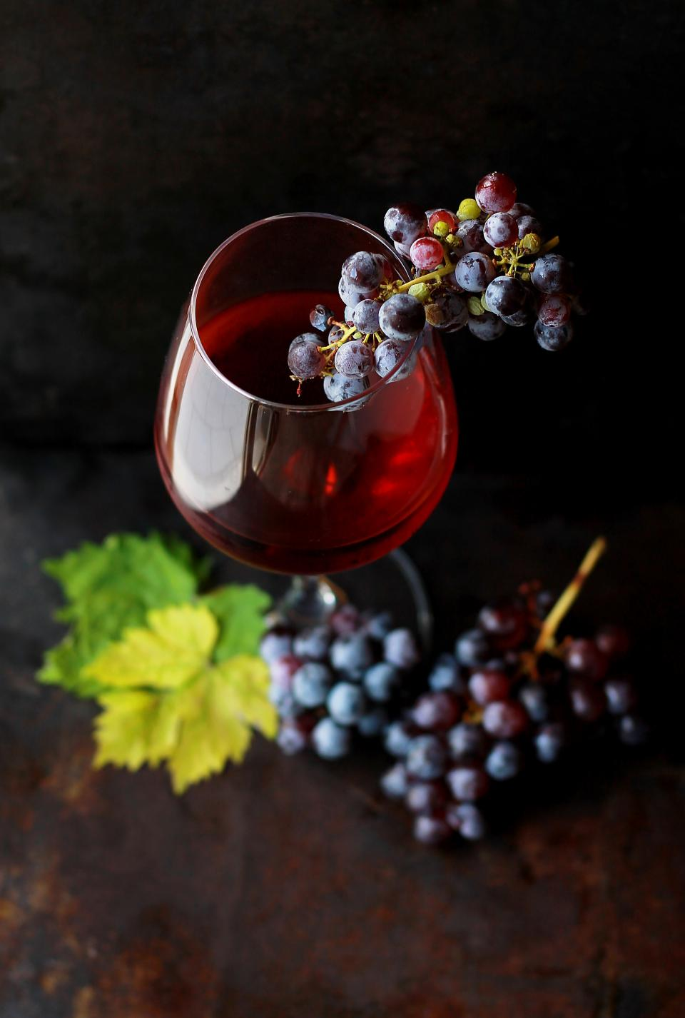 food fruit grapes wine alcohol glass eat drink dessert leaves presentation blur