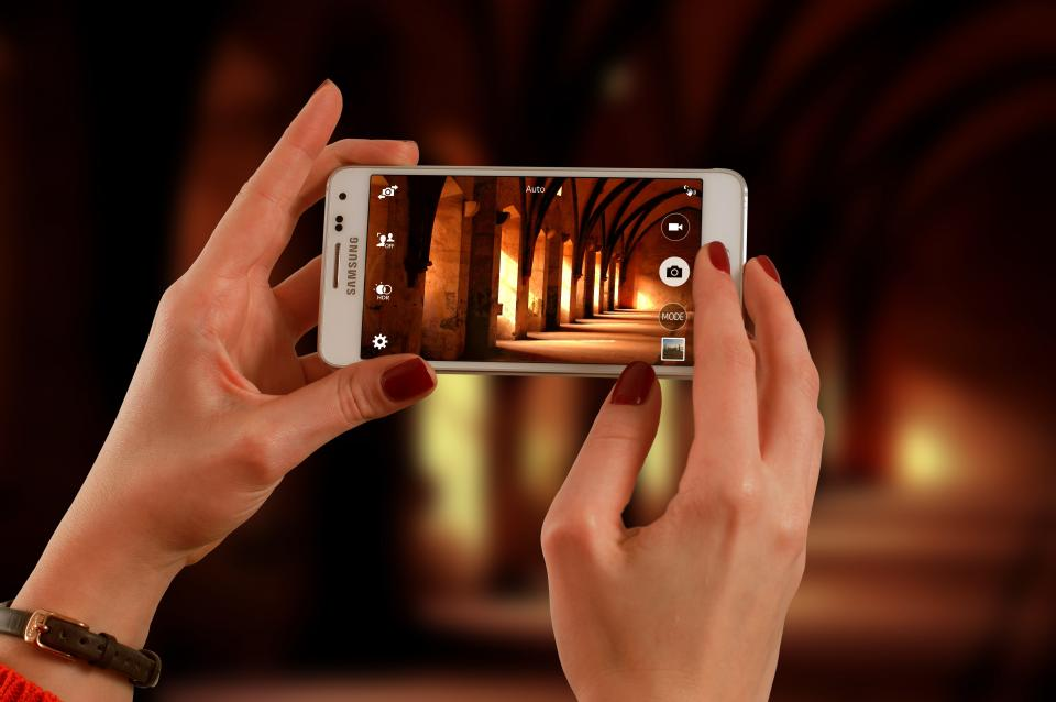samsung smartphone camera picture photo image hands nail polish photography photographer
