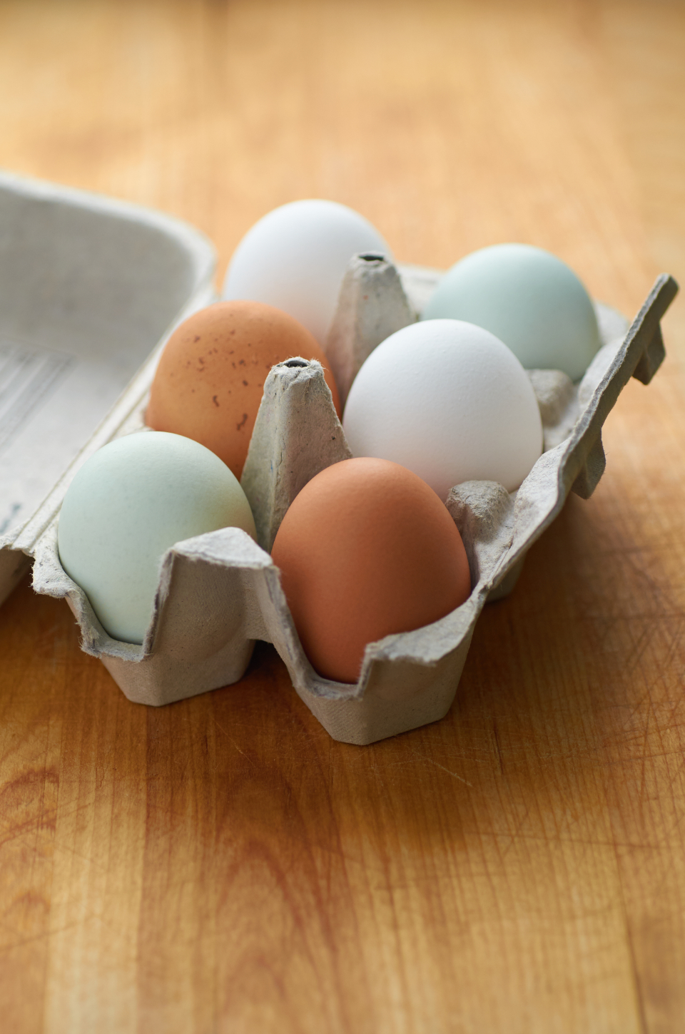 farm fresh eggs half dozen carton chicken color shell egg organic raw wood table