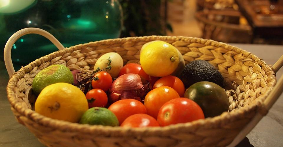 basket fruits vegetables healthy