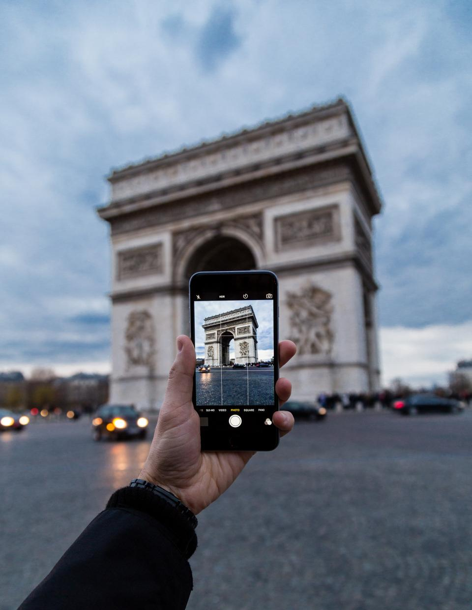 building travel hand ca vehicle mobile phone camera photography hand touchscreen arch de triomphe monument paris