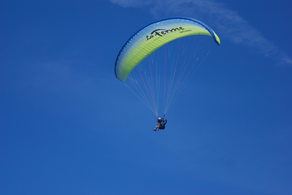 paraglide fly free sky blue sport extreme parachute parasailing