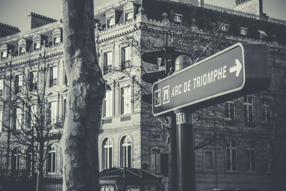 arc de triomphe road sign